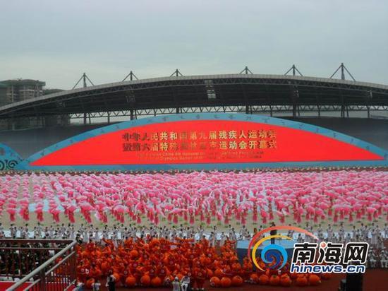 """""""快乐运动,逐梦天府""""。9月12日上午10时,中华人民共和国第九届残疾人运动会暨第六届特殊奥林匹克运动会在成都双流体育中心开幕。此次海南代表团派出64名运动员参加6个项目的角逐。"""