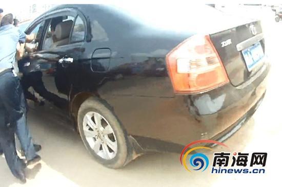 """9月12日,一辆""""黑车""""暴力抗法,将执法人员拖行十余米。(视频截图)"""
