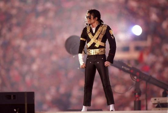 而印象最深的当然是迈克尔-杰克逊在1993年超级碗图片