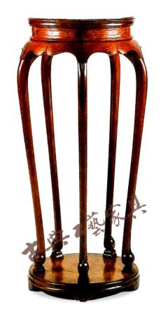 圖4 五條腿帶底座香幾明代(1368-1644)黃花梨高97厘米,直徑41厘米(中國古典家具博物館,文藝復興時期,加利福尼亞)