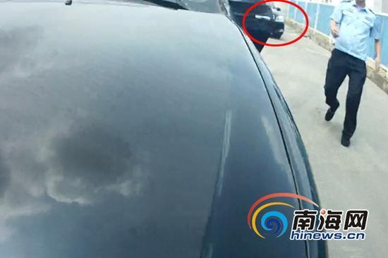 """9月12日,下班路过偶遇""""黑车""""抗法的民警将车停在""""黑车""""后方,堵住其后路。(视频截图)"""