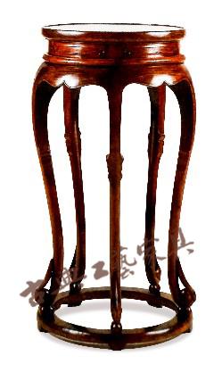 圖5 五腿帶攔水線香幾明代(1368-1644)黃花梨高87厘米,直徑43厘米(中國古典家具博物館,文藝復興時期,加利福尼亞)