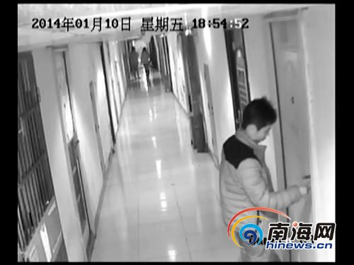 酒店监控画面显示:刘某正在用钥匙开门