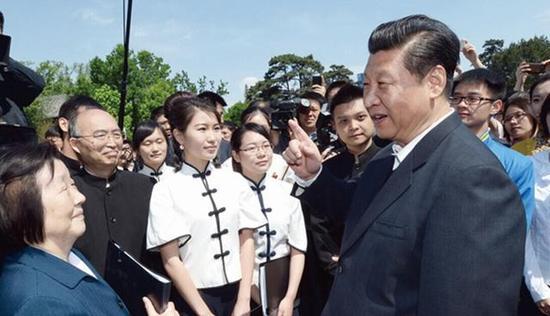 图为:2014年5月4日,习近平在北京大学观看北大师生纪念五四运动95周年青春诗会时同朗诵者亲切交谈