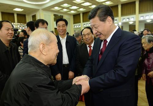 图为:2014年1月29日,中共中央、国务院在北京人民大会堂举行2014年春节团拜会。习近平同首都各界人士亲切交谈,祝贺新春。