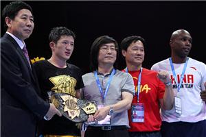 张家玮击败现役拳王 奥运APB中国再拿一条金腰带
