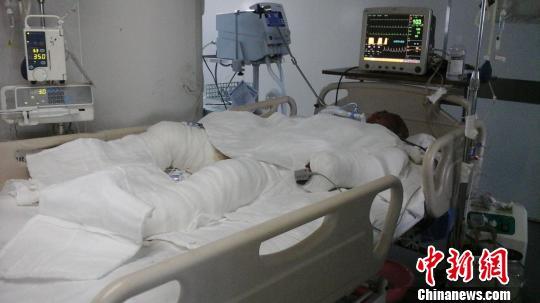图为在重症监护室内的刘芳明老人。