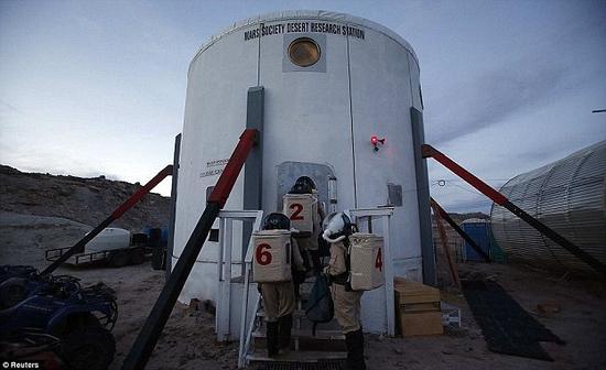 """未来,宇航员在火星着陆之后将会生活在这样一个个的小型舱段中,那里将会成为他们的新家。目前相关实验正在美国犹他州大沙漠中进行,4名参加测试的""""宇航员""""会在一个模拟火星表面舱段中生活"""