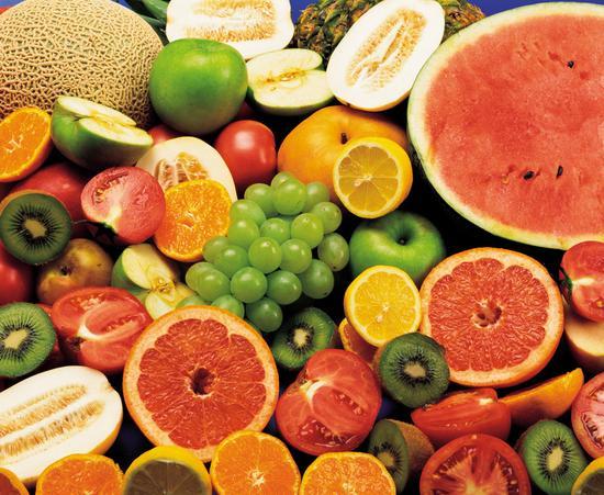 什么时间吃水果最好   什么时候吃水果好呢?到底是餐前还是餐后呢?其实水果是一种零食,最好在两餐之间吃。而如果要减肥的数,可以在进餐前20-40分钟吃一些水果,这样可以防止进餐过多导致的肥胖。水果普遍热量较低。饭前吃水果,其中富含的果糖和葡萄糖,可快速被机体吸收,满足机体对能量的紧迫渴求,水果内的粗纤维还可让胃部有饱腹感,这样可以减少正餐摄食量。   大广东的季节性水果有:   一月专吃猕猴桃;二月甘蔗营养高;三月菠萝正当令;四月山竹口调;五月草莓味上品;六月水果属樱桃;七月桃子全身补;八月西瓜暑