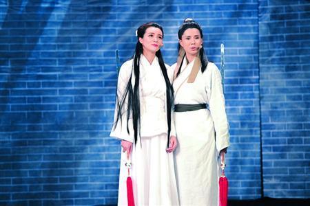 """盛君变身白衣飘飘的""""小龙女"""",李若彤则以古天乐版""""杨过""""的装扮登场"""