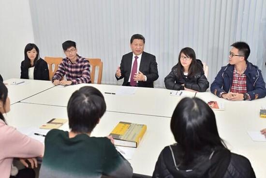 """图为:2014年12月20日下午,习近平来到澳门大学参与学生举办的""""中华传统文化与当代青年""""主题沙龙。"""