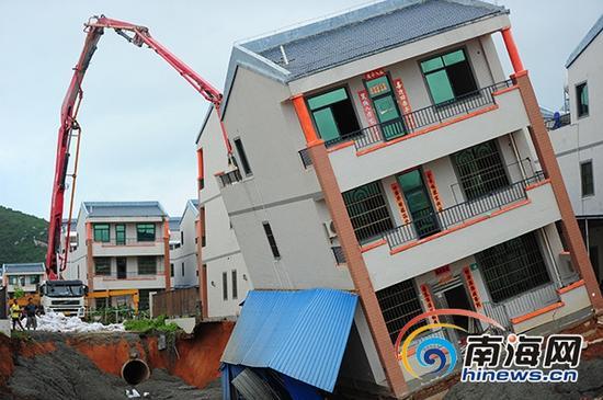 9月15日,陵水黎安镇大墩村一民房附近地面坍塌,房屋倾斜,相关人员展开救援工作。(南海网记者沙晓峰摄)