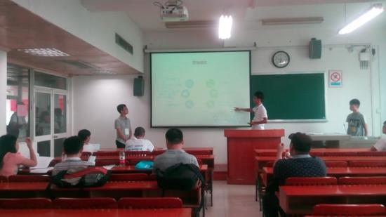 电商创业大赛选手做主题演讲。