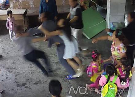 老师和保安欲制止打人家长,反被殴打。监控视频截图