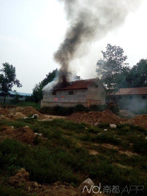 张继民家的房子冒着浓烟。网友@张德志_THU提供