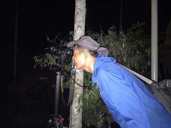 摄影师半夜上山取景摄影。