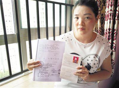 袁丽手中的离婚证和彩票凭证显示,中奖彩票是离婚前购买的