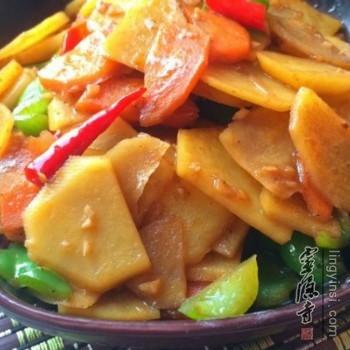 土豆 3个   胡萝卜 1个   青椒 一个    做法:   1,土豆去皮切片.