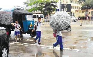 小学生乘坐农用三轮车上学