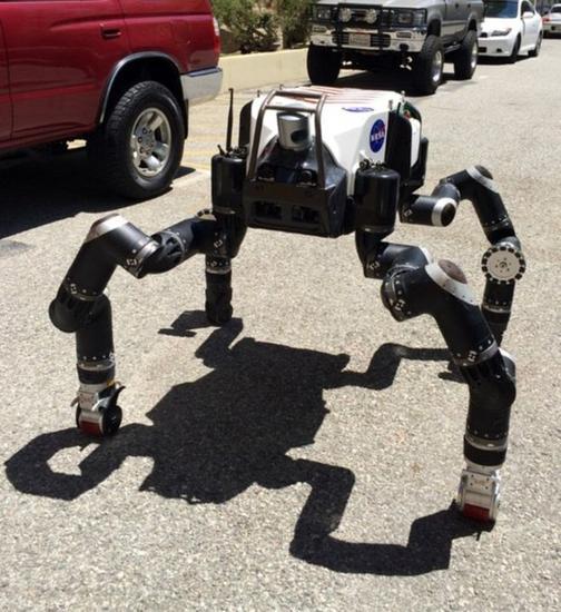 类人猿机器人RonoSimian看上去很像一只机器猴子,可以变换不同姿势。