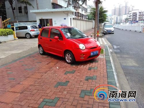 停在人行道上的小车。