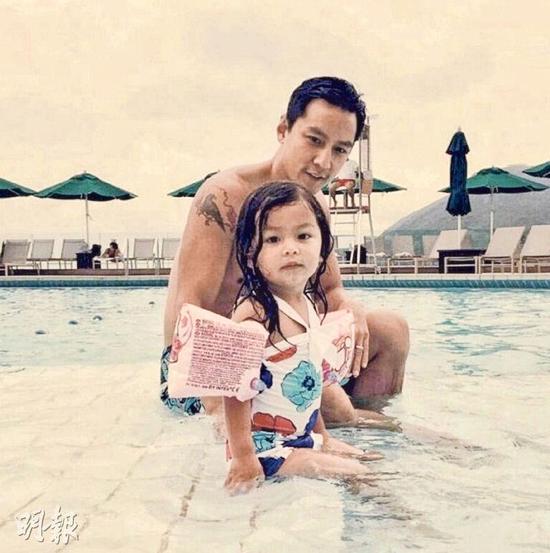 吴彦祖陪女儿吴斐然去泳池游水