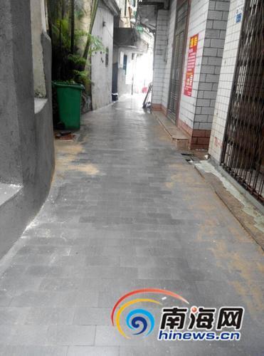 园内里重新铺设的石板路十分平整。