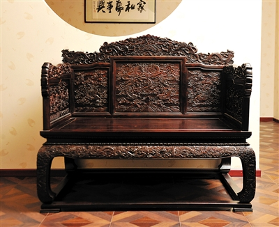 """清式家具以""""满雕""""为特色,突出浓墨重彩的雕刻美感。"""