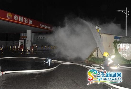 9月17日凌晨,消防官兵在紧急处置三亚东岸加气站液化气泄漏事故现场。(图片由三亚消防部门提供)