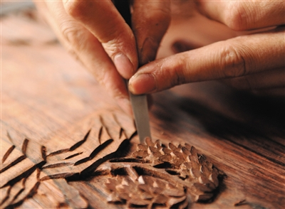 手工雕刻让家具更显神韵。