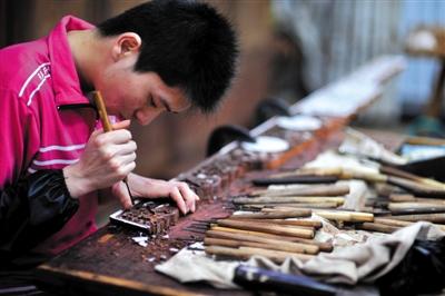 雕刻在硬木家具的装饰手法中占据首要地位,体现了丰富的文化内涵和人文色彩。