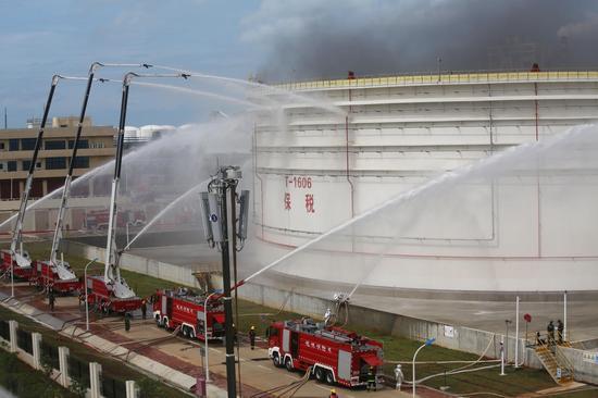 海南、广东、广西三地消防总队在海南洋浦联合举行了石油化工火灾扑救跨海增援联合作战演练