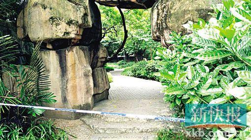 荷花池北侧假山处仍然被围蔽,据说受害人的衣服在这里找到。