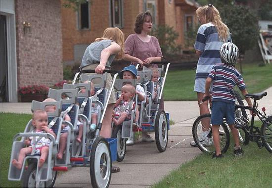 麦考伊夫妇和他们的7胞胎