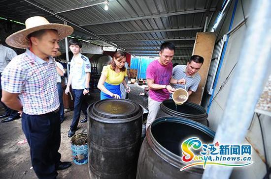 """9月18日,执法人员在三亚""""黑""""柴油窝点检查。(三亚新闻网记者沙晓峰摄)"""