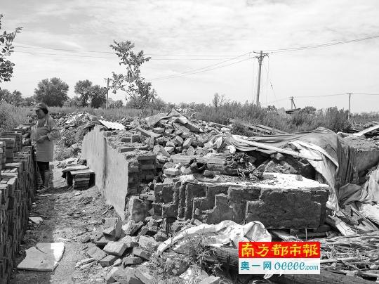 8月5日,艺新社区居民在整理刚被强拆的住房,这一片区已经在今年初被确认征收决定违法,撤销补偿安置方案,但强拆没有停止。