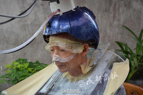 """男子钻研16年发明""""自动洗头机"""""""
