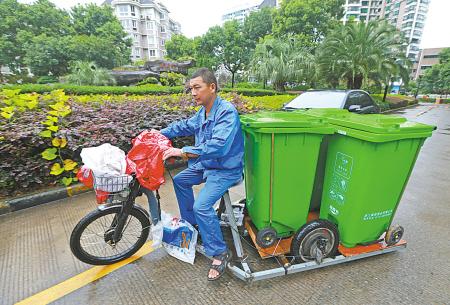 拉垃圾的电动车放垃圾桶图片