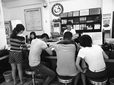 昨日部分市民在海口琼山区婚姻登记处开具相关证明