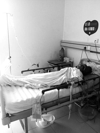 颜阿公躺在病床上