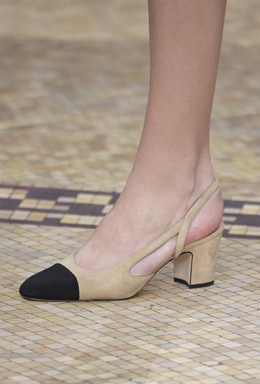 令腿部线条更优美的香奈儿双色鞋