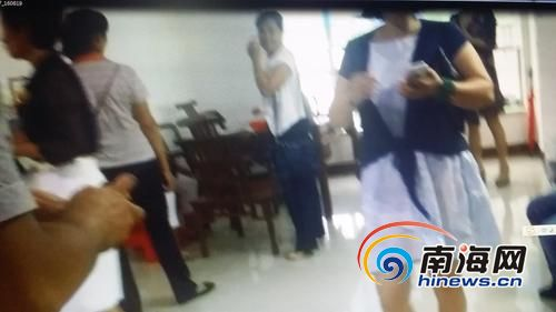 小詹拍摄的视频中,一名女子正在给多人上课。