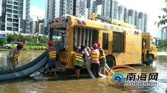 海口市政局排水所组织应急电源泵车进行强排椰海大道的积水(海口市政局排水所供图)