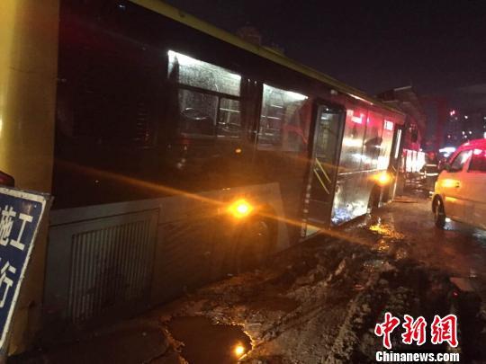海口市海秀西路海秀桥路段今晚发生路面坍塌事故,先后三辆公交车陷入坑中。图为事故现场。 王子谦 摄