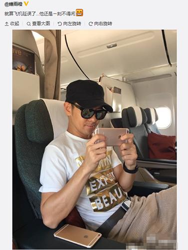 9月18日,艺人林志颖在飞机上把玩手机时,手中的玫瑰金版iPhone 6s立刻引起注意。
