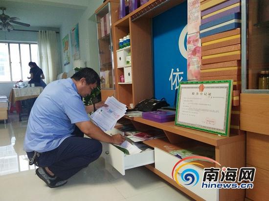工商执法人员在海甸岛依江春水会所检查(南海网记者姜飞摄)