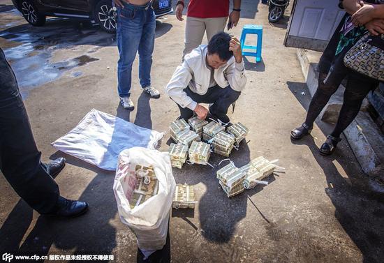 公交车撞死行人 用四万张零钱做赔款