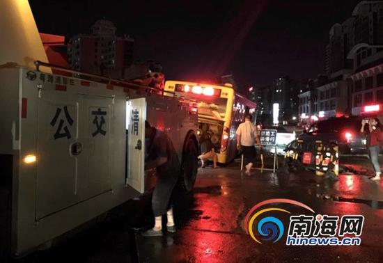 9月18日晚上约9点20分,公交清障车来到现场展开救援。(南海网记者周静泊摄)