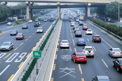 9月17日17点18分左右,京通快速路,出京方向的车排起了长队,几辆私家车闯入公交专用道行驶。