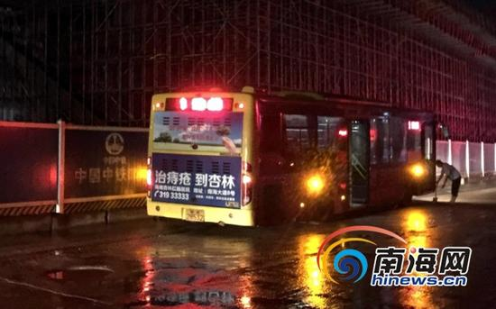 9月18日晚上约9点50分,被陷的1路公交车终于从坑里解困,缓缓驶离了现场。(南海网记者周静泊摄)